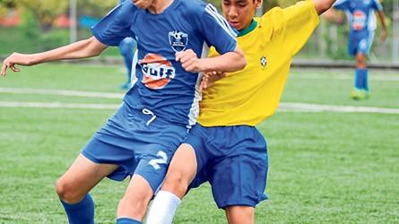 José Barrezueta (i), de la EF Unamuno, sub-16, y Josué Merino, de Vendaval, en uno de los partidos.