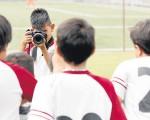Los deportistas de la Unidad Educativa Javier, finalizados los partidos, se recrean tomando fotografías.
