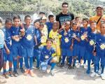 El arquero Damián Lanza (c), de Barcelona SC, llega a ver actuar a su hijo Luciano y comparte con los talentos del balón en cada jornada de barrial.