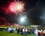 Los juegos pirotécnicos formaron parte del acto de inauguración del 30º Campeonato Interbarrial de Fútbol Diario EL UNIVERSO-Copa Pony Malta, cuyas competencias se inician hoy.