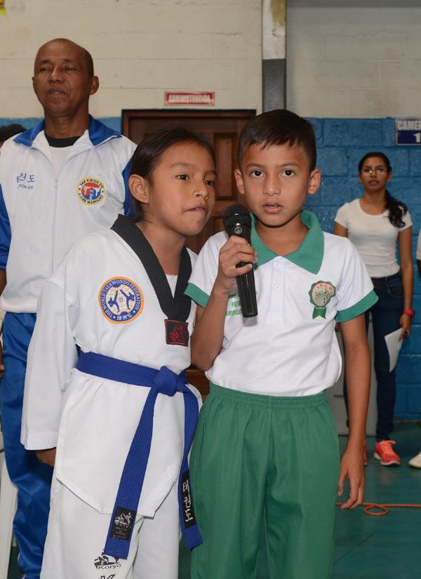 Irina Mero y Leiver Piza tomaron el juramento deportivo a los deportistas que participan en el Interbarrial de Taekwondo.