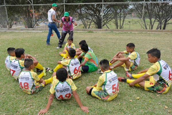 Los jugadores de la categoría sub-12 del equipo GAD M Santa Rosa escucharon con atención la charla que les dio su técnico, Leonardo Quirola, antes de un compromiso de su escuadra. El DT aconsejó a sus jugadores y resaltó tener orden y disciplina en el duelo por disputar.