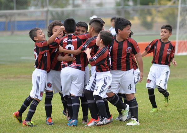 Los jugadores de Tecni Club de Cuenca celebraron eufóricos el triunfo ante Alfaro Quito.