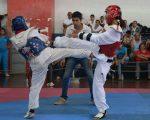 Doménica Silva (i) y Mell Mina durante uno de los combates de taekwondo que se realizaron en el Polideportivo Huancavilca. (Víctor Serrano)