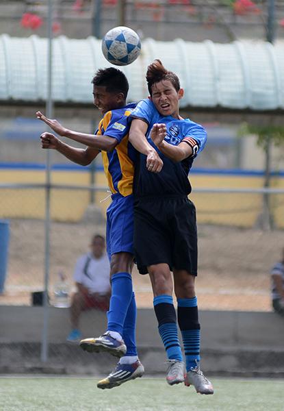 Jeison Rodríguez (i), de La Canchita, disputa el balón ante Pither Mero, de Atlético Doce, en la categoría sub-17 del barrial.