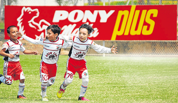 Anotadores Ariel Panamito (i), Matías González y Raúl Naranjo, de Jaipadida FC, festejan sus goles en la serie sub-7.