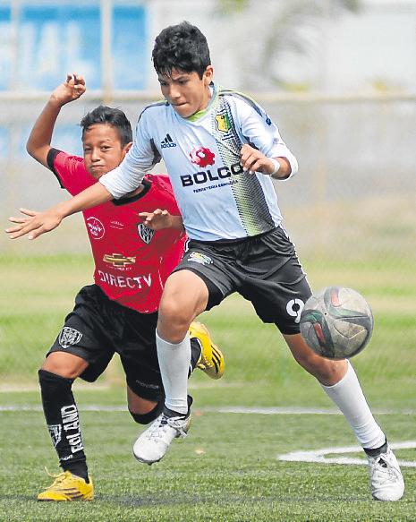 Kevin Gutiérrez (i), de Independiente del Valle, marca a Leandro Vera, de Deportivo Samborondón, en la sub-14.