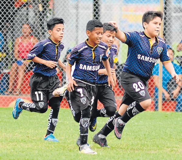Víctor Serrano  Se calcula que más de 4.000 jugadores estarán en el certamen Invernal de fútbol de la presente temporada. En la gráfica, deportistas que ya han actuado en el torneo barrial.