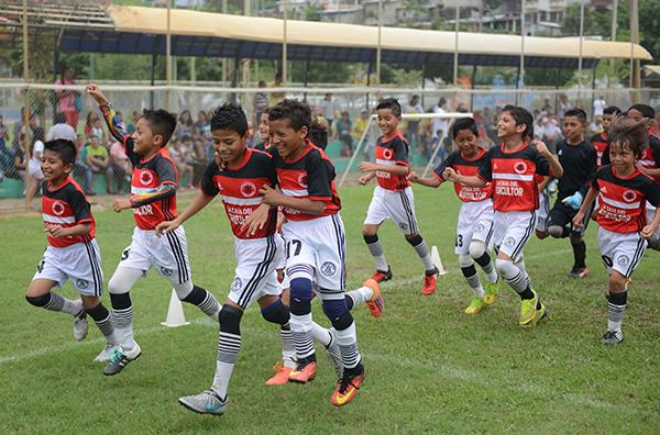 Los pequeños del Corinthians, en un festejo por una de sus victorias en el Campeonato de Verano. Estos futbolistas compiten en el Interbarrial en la categoría sub-11.