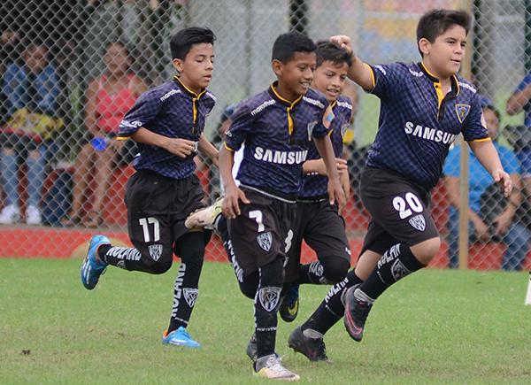 Elkin Romero (d), de Independiente, celebra en la sub-12 durante un juego emotivo cumplido en el marco del semillero.