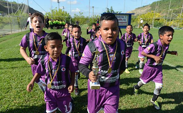 Integrantes de la Escuela de Fútbol Santos, categoría sub-8, celebraron su campeonato logrado al final del torneo de Verano 2016.