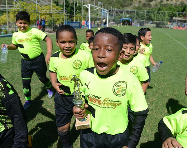 Integrantes del equipo San Pascual Bailón en una de las celebraciones durante el Campeonato Interbarrial de Verano.