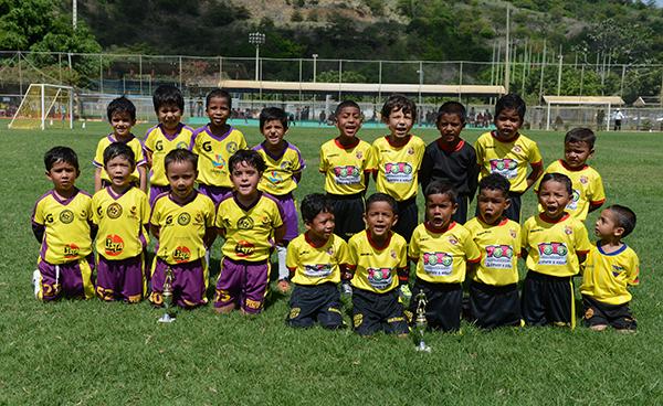 EFG Ramos y Cristo Te Ama juegan en la categoría sub-6 en el Interbarrial de Invierno.