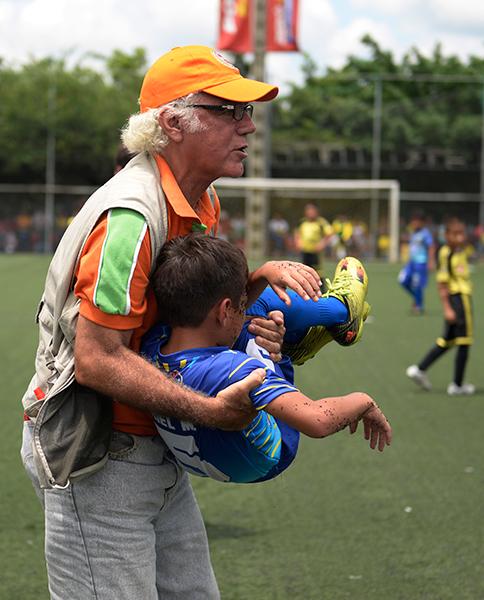Rafael Santelices atiende al jugador Ariel Miranda.