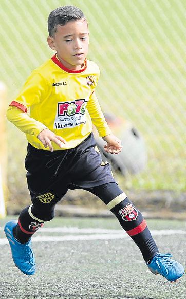 Elías Mendoza es un veloz delantero de Barcelona.