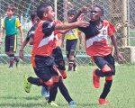 Alexis Bravo (i) y Josué Caicedo festejan un gol de Deportivo América.