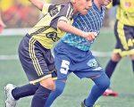 Ramiro Ortega (i), de Oro FC, disputa con vehemencia el esférico con Ariel Miranda, de Johan Fútbol Club, en la categoría sub-10.