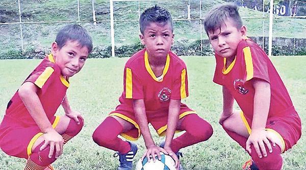 Andy Jurado (i), Fernando Basantes y Jordán Barba jugarán por la Liga Deportiva Cantonal de  Ventanas en la serie sub-11.
