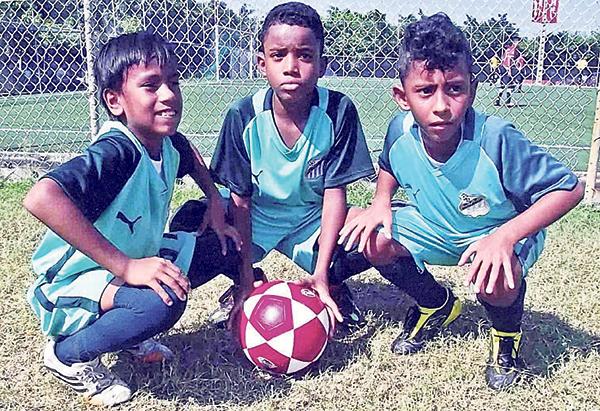 Jazmany Galarza (i), Jefferson Tenorio (c) y Jeremías Quiroz, hábiles jugadores que defenderán al equipo Más Fútbol.