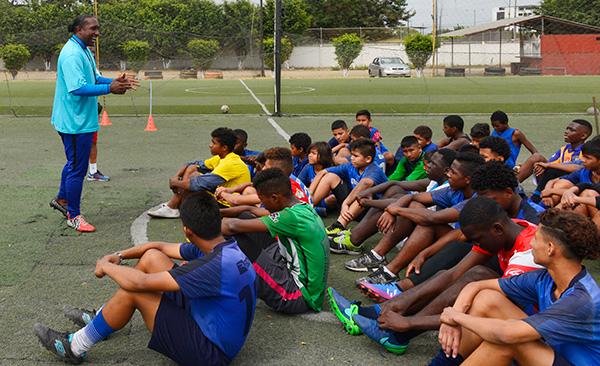 Richard Borja (i) en una charla con los integrantes de la escuela de fútbol que lleva su nombre y juegan en el Interbarrial.