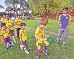 Giancarlos Ramos (d) al frente de los pupilos de la academia de fútbol que lleva su nombre, en una práctica.
