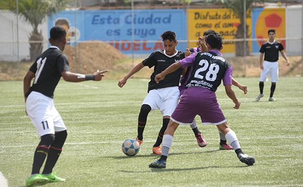Félix Fariño (i), de Barcelona, trata de sacarse la marcación de Michael Bajaña (28), de EF Santos.