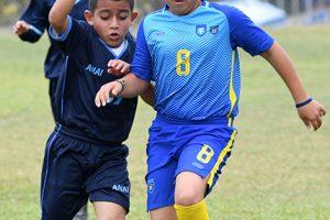 El jugador Edwin Saltos (i), de ANAI, y Paolo Giler, de la Unidad Educativa Monte Tabor, disputan el balón en uno de los partidos por el Campeonato Interbarrial de Fútbol, categoría sub-12.
