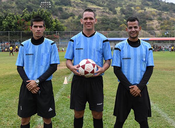 Los árbitros venezolanos Roldán Gómez (i), Joan Camacho (c) y Manuel Aguilar dirigen en el Semillero del 2017.