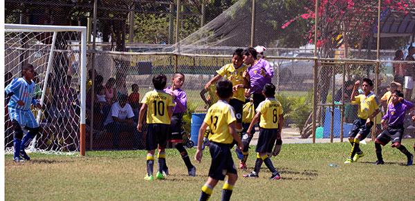 Anthony Paucar, del Parma (amarillo), disputa el balón con Bernardo Barragán, de Barcelona.