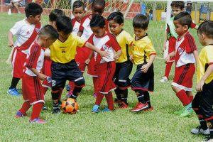 Ternura en el fútbol. Los nenes de River (rojo) y Barcelona se deleitaron en la sub-6.