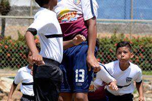 Simón Gómez (d), de la UE Torremar, en acción ante Atlético Juvenil, en la serie sub-12.