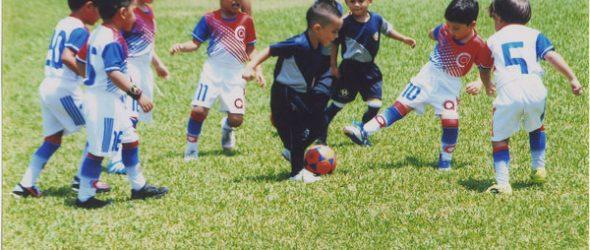 Alegría con el balón. Los nenes del CD Diana Quintana (blancos) se recrean con Chiky FC en la serie sub-6.