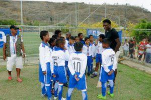 Roberto la Tuka Ordóñez instruye a los integrantes de Más Fútbol Trinitaria, donde milita su hijo en la categoría sub-11.