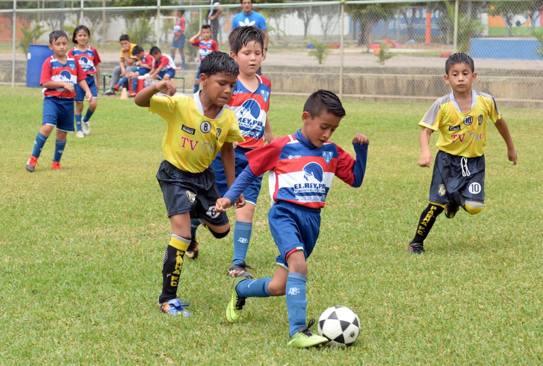 Nicolás Mata (8), de Parma FC, trata de detener a Justin Saltos, de Azogues FC, en la serie sub-8.