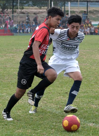 Alexis Torres, de la EF Gloria Saltos, trata de escaparse de Juan Yanqui, de Fútbol Total.