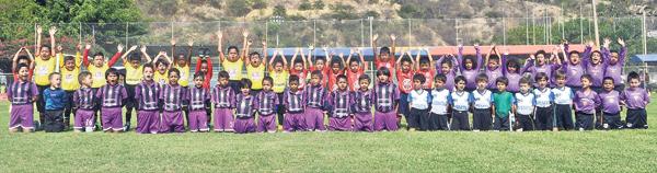 Los equipos Cristo Te Ama, Filanbanco y Barcelona (de pie), Santos FC y Unidad Educativa Monte Tabor iniciaron sus sesiones de entrenamientos para competir en el Invernal de fútbol 2018.