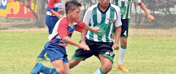 Israel Fajardo (i) de Azogues FC  y Francisco Martín  de Once Azucarero tendrán asistencia en el Invernal.