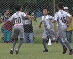 Merwin Franco (c) festeja con sus compañeros la victoria del conjunto Patria en la sub-13.