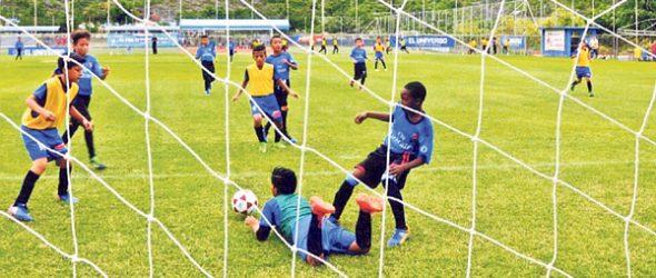 Buena arremetida del equipo de EF Tigrero (azul) ante el conjunto de EF Jehová en sub-13.