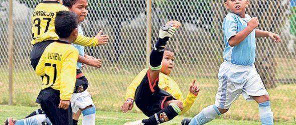 Álex Yumba marca de chilena para Barcelona ante la mirada de Marlon Simbaña, de la EFM Yaguachi, en la serie sub-9.