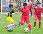 Joshua Suárez (i), de GAD La Troncal, disputa el balón con Jhonny Zambrano, de Liga de Quito, en la categoría sub-12.