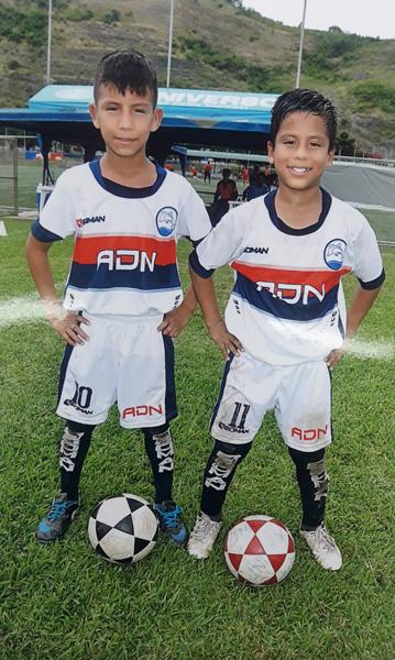Jandry Torres (i) y Óscar Toala, jugadores de ADN, sub-10.