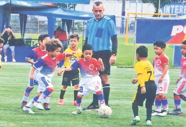 El desfile arrancará a las 15:45 en el estadio de la Ciudad Deportiva Carlos Pérez Perasso. Se darán desde las 14:00 tres partidos amistosos; el ingreso es gratuito.