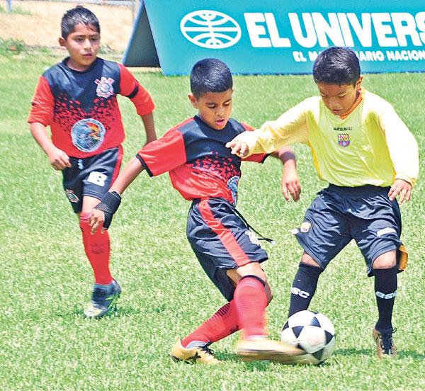 Disputan el balón Aaron Toral, de Corinthians (c), y Kriel Mercjan, de Cristo te Ama, en la categoría sub-10 del torneo de Verano.